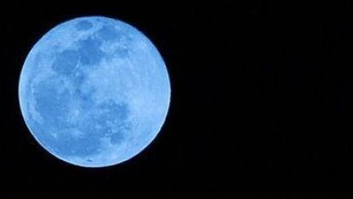 Luna oggi 31 luglio si colora di blu spettacolo nel cielo