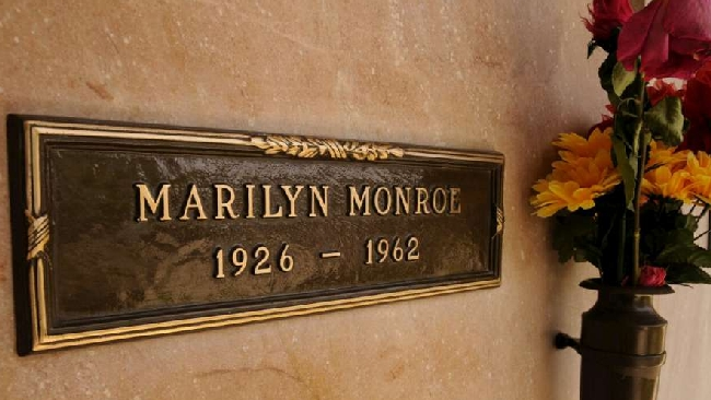 Marilyn Monroe all'asta venduta la targa in bronzo della tomba
