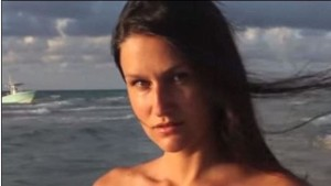 Miami-modella-posa-in-spiaggia-mentre-sbarcano-immigrati-clandestini
