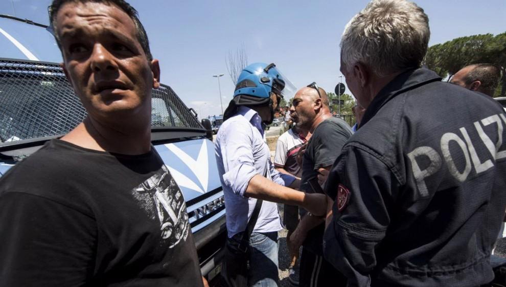 Roma, rivolta residenti scontri tra polizia e manifestanti di CasaPound