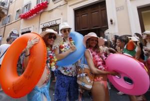Saldi-a-Roma-sconti-al-via-con-clienti-in-fila-in-bikini