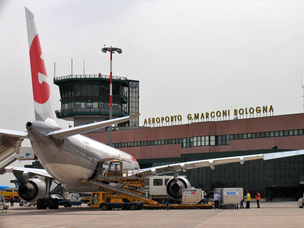 Bambino di 11 anni si sente male su aereo, muore a Bologna dopo atterraggio