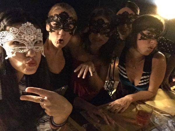 Elisa-si-sposa-le-foto-in-maschera-del-suo-addio-al-nubilato