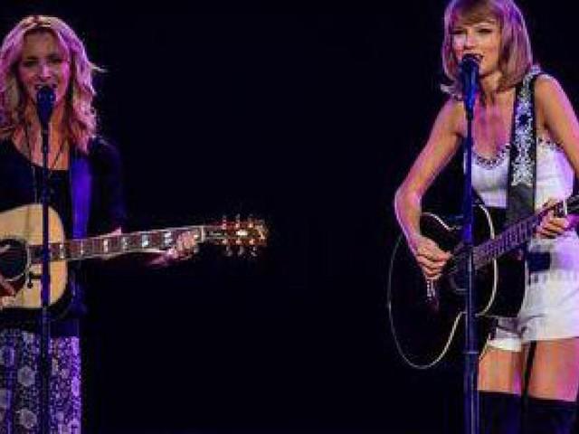 Taylor-Swift-duetto-sulle-note-di-gatto-rognoso-con-Lisa-Kudrow