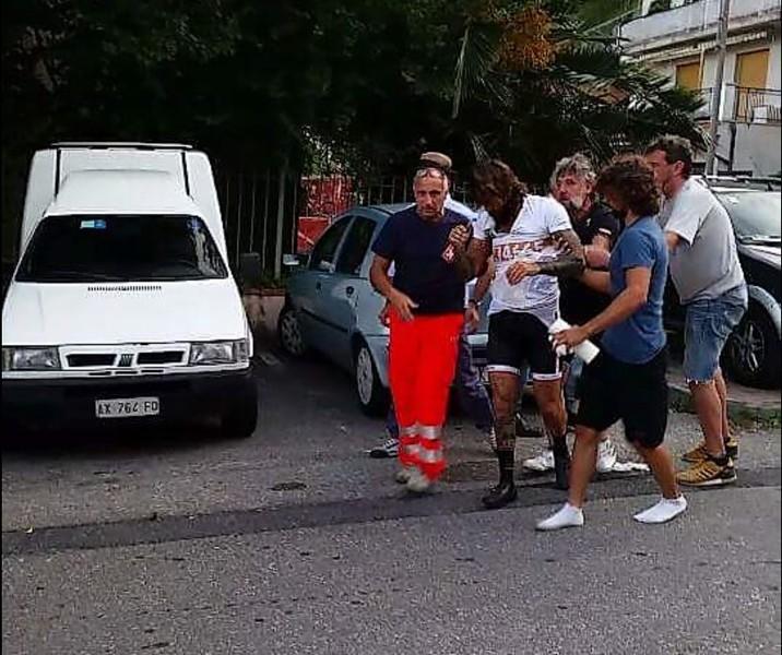 Vittorio Brumotti e il padre aggrediti da automobilisti mentre erano in bici