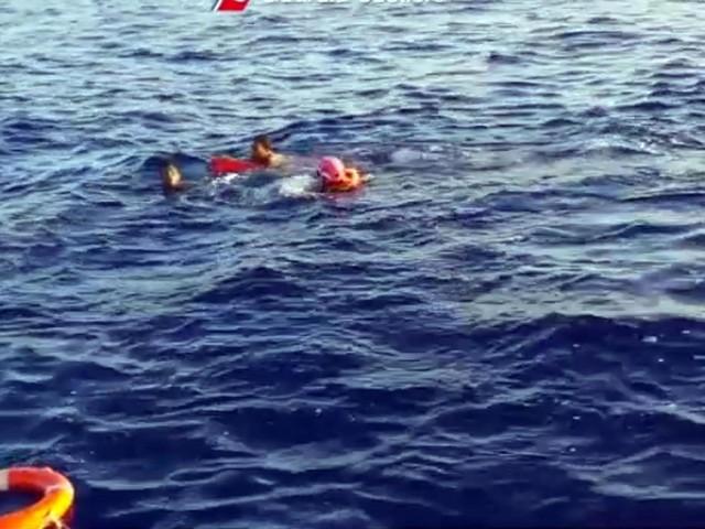 Lesbo gommone di migranti si ribalta, morti una donna e un bambino di 2 anni