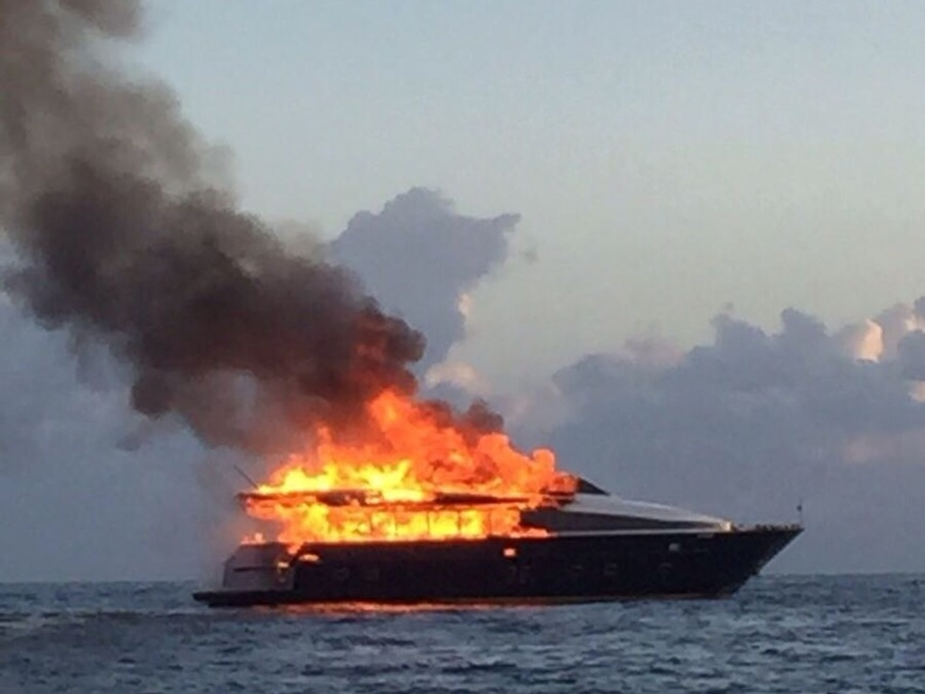 Napoli-incendio-a-bordo-yacht-De-Laurentiis-a-largo-Posillipo
