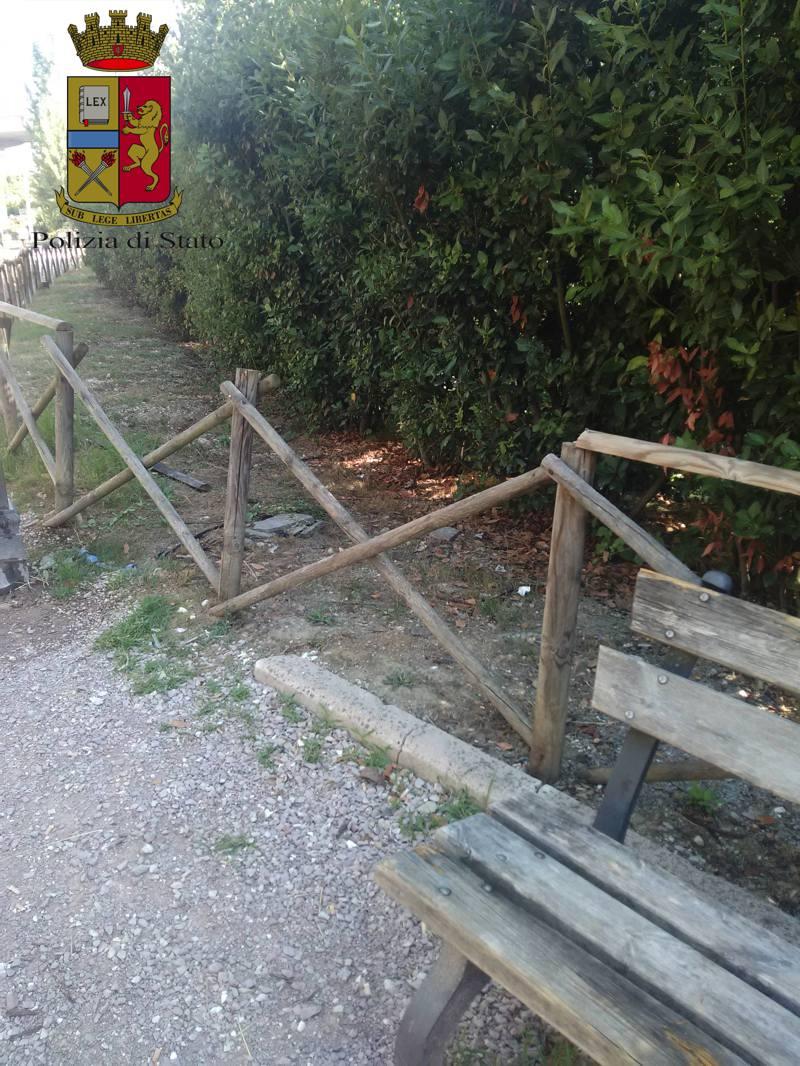Perugia-figlio-danneggia-staccionata-il-padre-gliela-fa-riparare