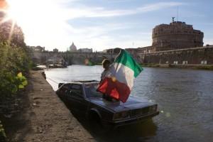 Roma-naviga-sul-Tevere-con-una-Maserati-trasformata-in-barca