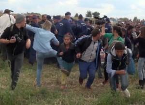 Ungheria-reporter-chiede-scusa-dopo-aver-preso-a-calci-profughi