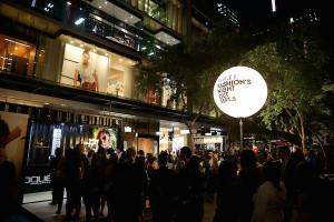 Milano-Fashion-Week-2015-fan-in-delirio-per-Kate-Moss-e-Cara-Delevigne