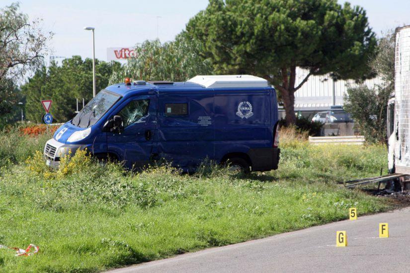 Bari-commando-assalta-due-portavalori-dell-Ivri-spari-e-auto-incendiate-sulla-tangenziale