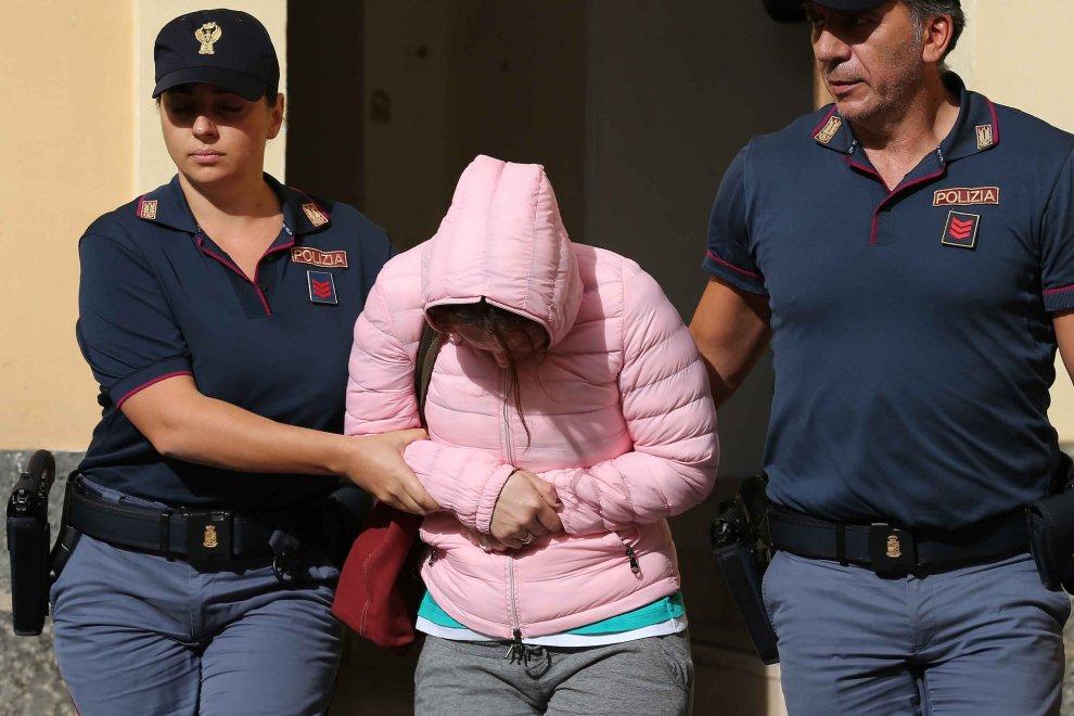Caserta, tre poliziotti arrestati per droga e per scorta a Gigi d'Alessio