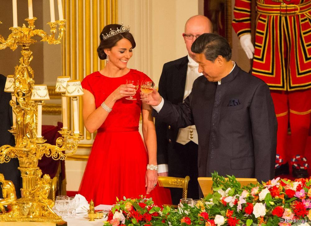 Kate-Middleton-prove-da-regina-in-abito-rosso-per-la-cena-con-presidente-cinese