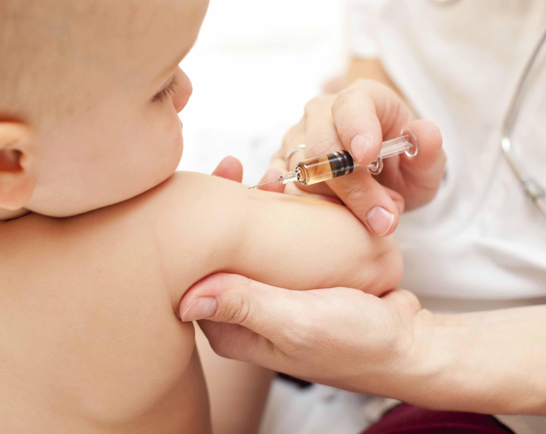 Vaccino in Italia in drammatico calo per i bambini, l'allarme dei pediatri