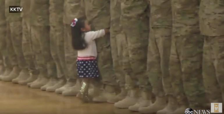 Usa, bimba corre e abbraccia il papà soldato tornato dal Kuwait, video