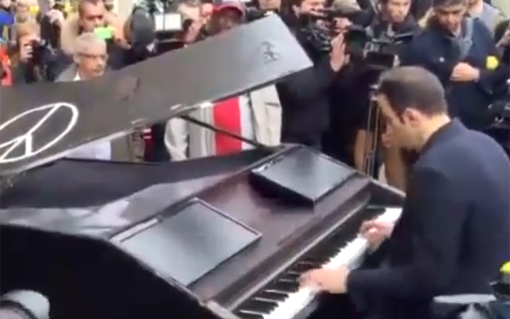 Attentati di Parigi, un pianista misterioso al Bataclan suona Imagine di Lennon, video