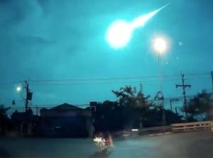 Bangkok-un-gigantesco-frammento-di-meteora-illumina-il-cielo-video