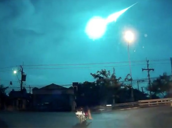 Bangkok un gigantesco frammento di meteora illumina il cielo, video
