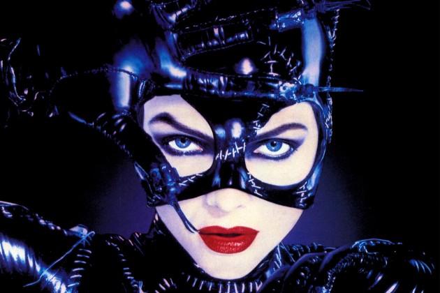 Lei vestita da Catwoman propone vieni da me lui le preferisce la playstation