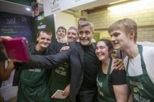 George-Clooney-mancia-d-oro-di-mille-dollari-in-Scozia-al-bar-dei-senzatetto