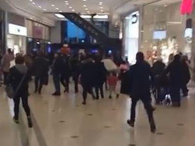 Londra, giovani armati di machete seminano panico in centro commerciale