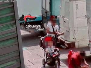Torino-video-choc-padre-acquista-droga-e-si-buca-vicino-al-figlio-di-pochi mesi