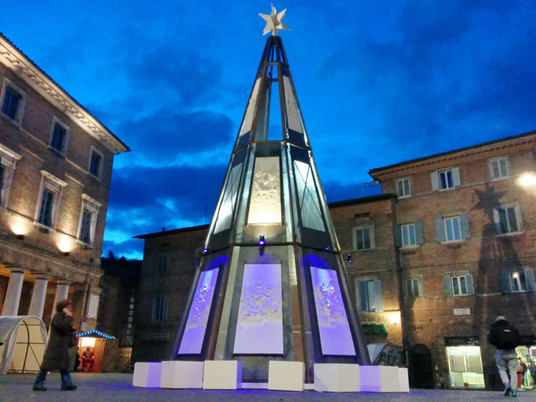 Urbino-Sgarbi-contro-il-sindaco-rimuovi-l-albero-di-Natale-o-mi-dimetto