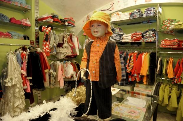 Costume da piccolo profugo? Meglio donare vestiti a quelli veri
