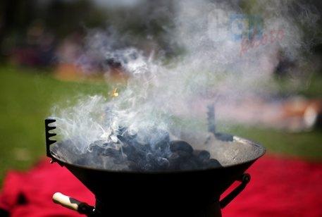Roma esplode barbecue i giardino uomo travolto dalle fiamme al volto è in coma