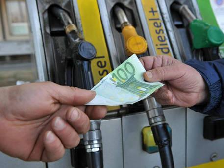 Benzina, costo aumentato in pochi giorni, Codacons un disastro per le famiglie