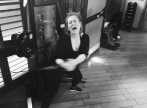 Adele-in-palestra-posta-foto-con-smorfia-di-dolore-su-Instagram-che-diventa-virale