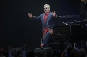 Elton-John-si-esibisce-in-una-stazione-metro-e-poi-regala-pianoforte