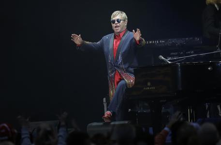 Elton John si esibisce in una stazione metro e poi regala pianoforte
