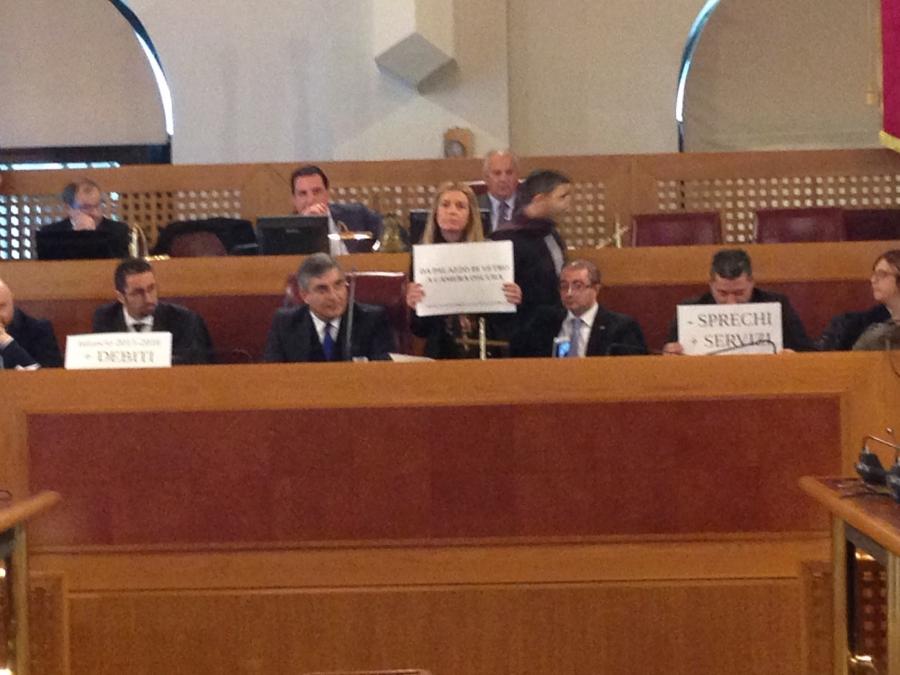 Abruzzo-tensione-in-regione-il-presidente-D-Alfonso-toglie-la-sedia-a-grillina