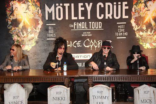 Mötley-Crüe-incidente-choc-a-Tommy-Lee-resta-bloccato-a-testa-in-giù-a-10-metri-di-altezza