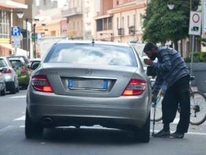 Clochard-chiede-l-elemosina-per-mesi-sulla-strada-ma-poi-va-via-con-un-Audi-TT
