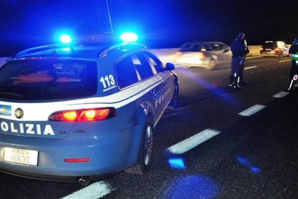 Donna litiga con il marito scende dall'auto e viene travolta in autostrada