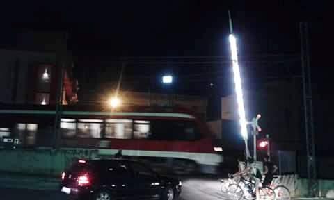 Ferrovie Sud Est e il passaggio a livello che si apre all'arrivo del treno