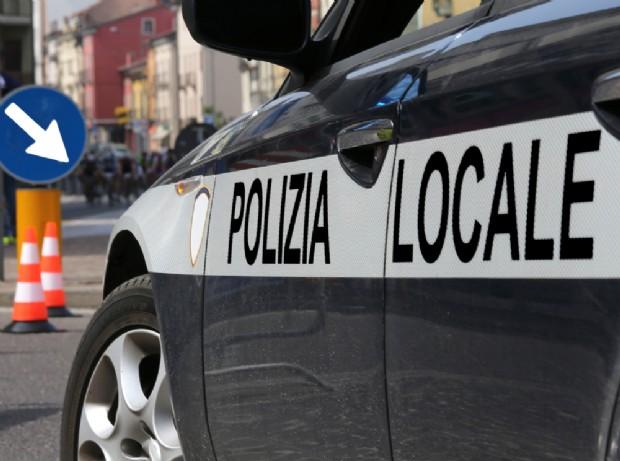Trastevere, la polizia municipale chiude osteria, copertoni di camion vicino agli alimenti