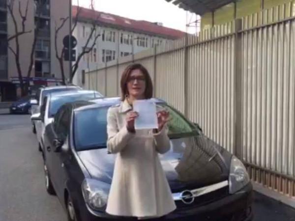 Gaffe di Gelmini protesta per le troppe multe ma ha dietro auto in divieto di sosta