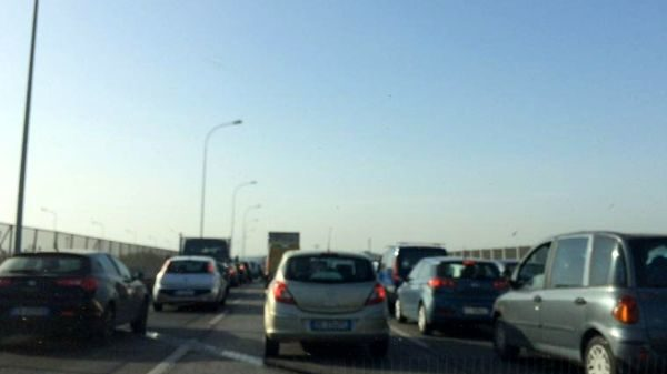 Bari tangenziale e statale 100 in tilt, camion allo svincolo per Japigia sbanda e sfonda guardrail