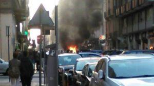 Bari, auto in fiamme in pieno centro tanto fumo e paura tra i passanti