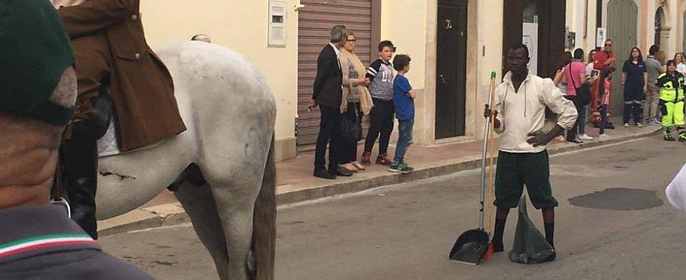 Bitonto, corteo storico usati profughi per pulire lo sterco cavalli, spiegazione non avevamo soldi per pagare impresa di pulizia