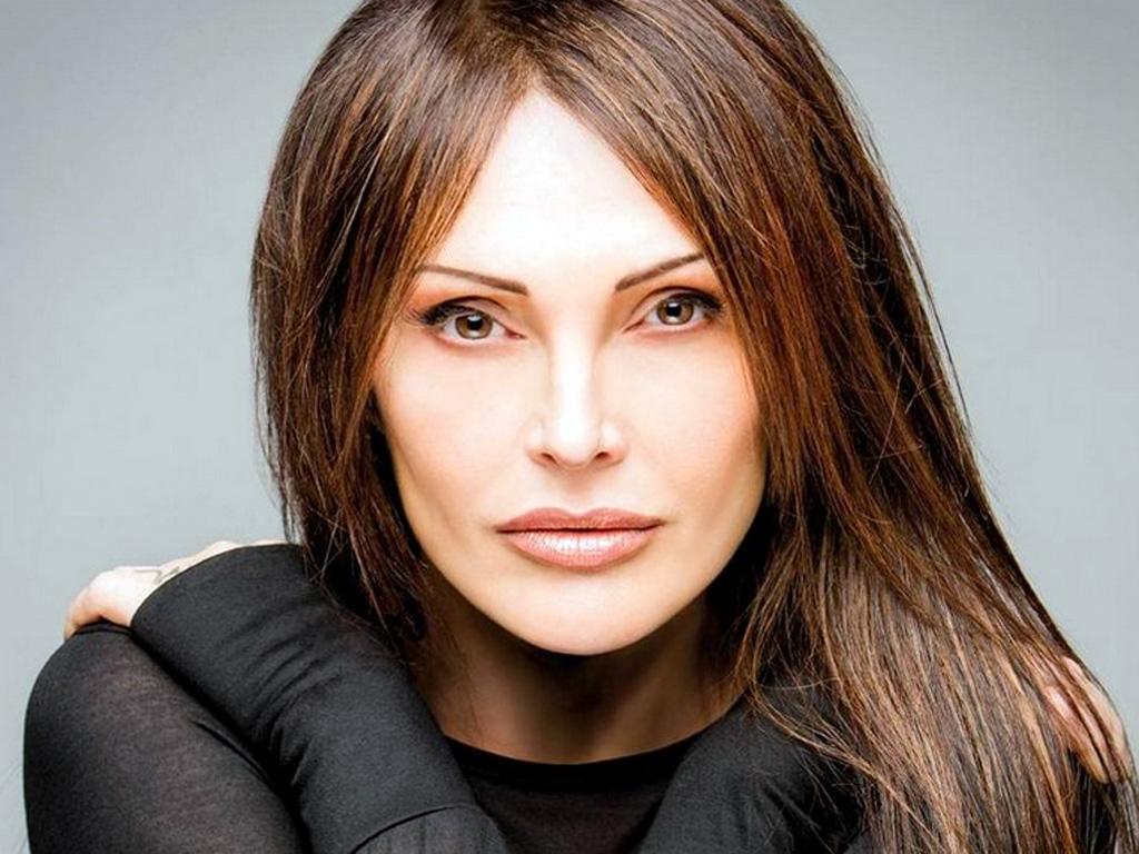 Anna Oxa choc attacca Maria De Filippi e rivela lascio l'Italia per motivi di sicurezza