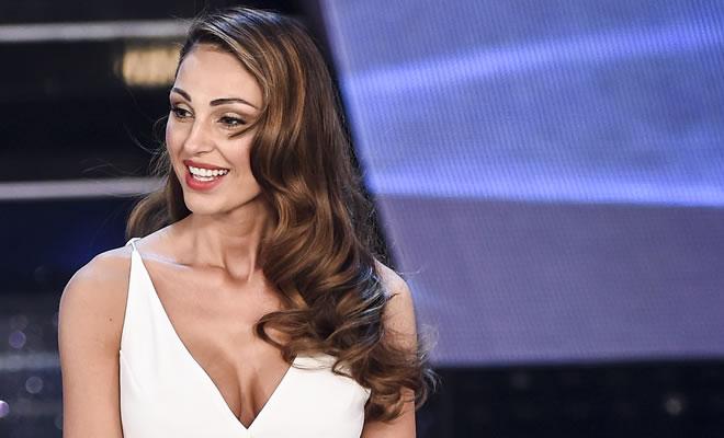 """Anna Tatangelo decolté da urlo a """"I Migliori Anni"""", i fan si scatenano"""