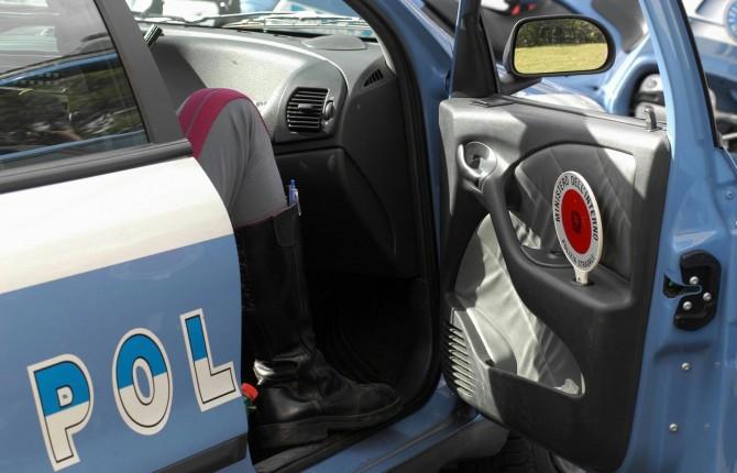 Autostrada A14, perde conoscenza al volante per eccessivo stress, la polizia di Bari lo salva
