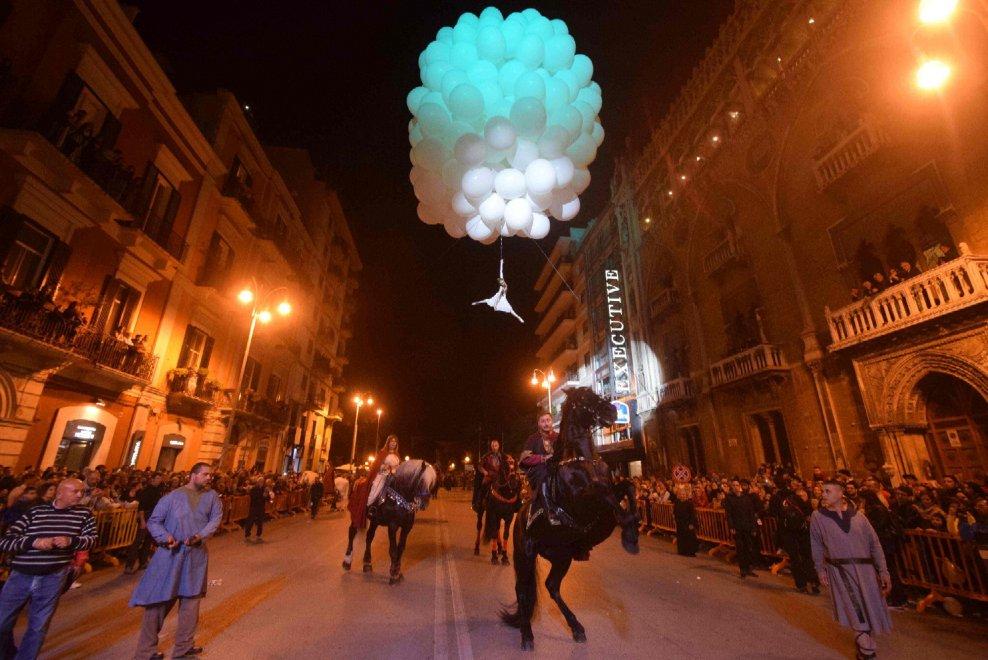 Bari, festa di San Nicola ieri gran spettacolo corteo storico, orario oggi fuochi d'artificio