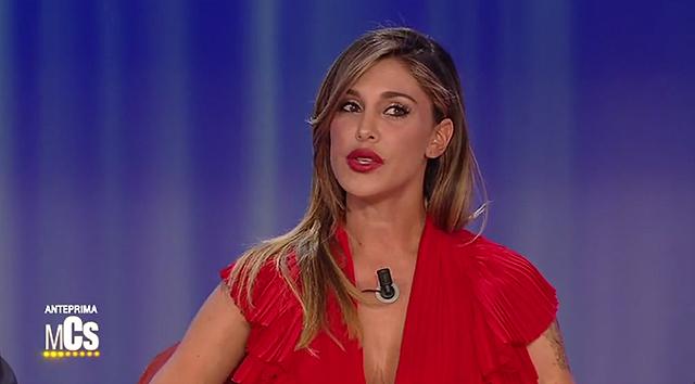 Belen Rodriguez al Maurizio Costanzo Show fa impazzire Sgarbi con il suo decolté da paura