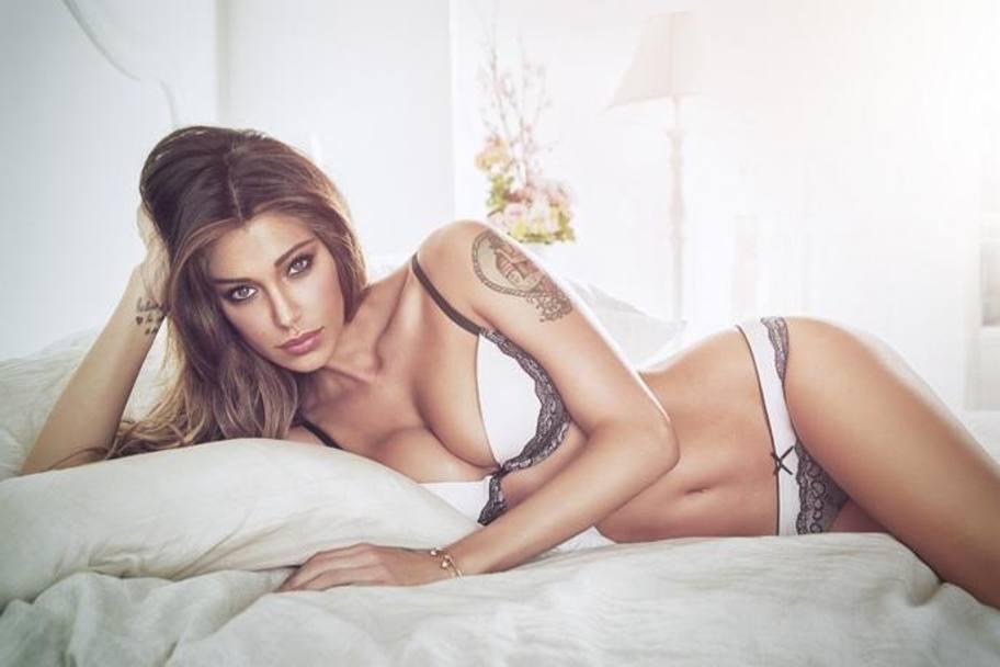 Belen posta foto artistica sexy sui social il web esplode con più di 100 mila like